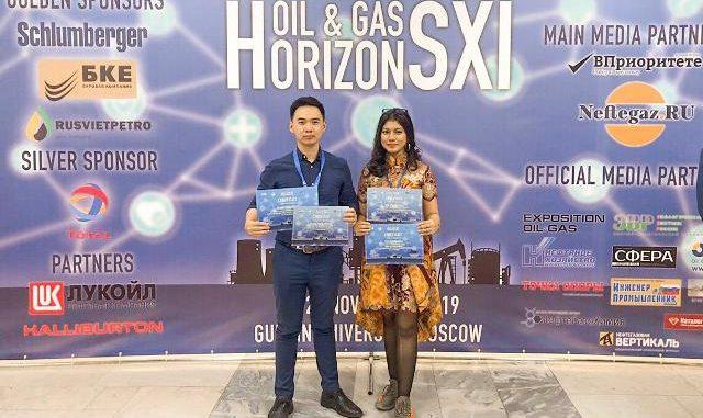 Mahasiswa ITS, Tita Oxa Anggrea dan Frankstein Arphan berhasil menyabet juara pertama pada dua cabang lomba sekaligus di ajang Oil and Gas Horizons XI di Moskow, Rusia. (Dok. ITS)