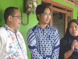 Dika Andri Pradana (tengah) bersama Rektor UNY (kiri). (Ist.)