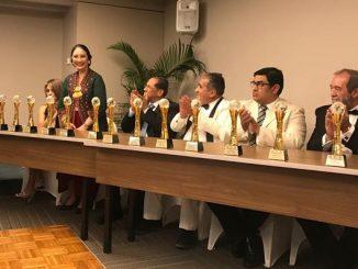 Dubes RI Quito Diennaryati Tjokrosuprihartono mendapatkan Premios Mundo Gold atau Golden World Award di Hotel Oro Verde, Guayaquil pada Kamis, 12 Desember 2019