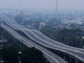 Sejumlah kendaraan petugas jalan tol melintas di area pengerjaan perbaikan sisi sambung jalan Tol layang Jakarta-Cikampek II (Elevated), di Bekasi, Jawa Barat, Rabu (11/12/2019) (ANTARA/Risky Andrianto)