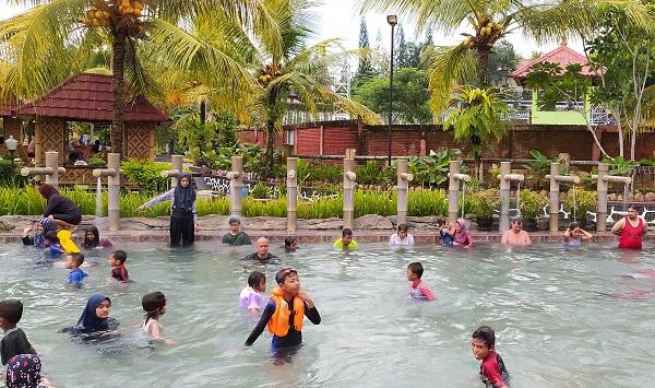 Air Mancur dan Kolam Pemandian Air Panas di Owabong Purbalingga