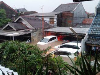 Banjir sepinggang orang dewasa di Jl. Lembah Aren VII, RW 09, Pondok Kelapa, Jakarta Timur (Foto: @TMCPoldaMetro)