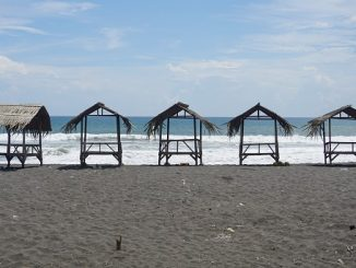 Gubuk-gubuk bambu kecil di Pantai Jatimalang Purworejo, Jawa Tengah