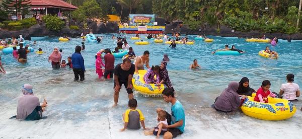 Kolam Ombak Sagara di Owabong Purbalingga