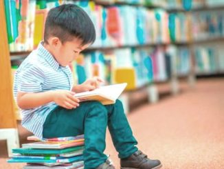 Ilustrasi: Mengenalkan buku kepada anak. (Ist.)