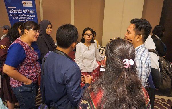 Pengunjung di booth New Zealand Scholarships (NZS) 2020, Financial Hall, Graha CIMB Niaga 2nd Floor, Jl.Jendral Sudirman Kav 58, Jakarta, Jumat, 31 Januari 2020