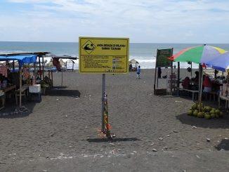 Papan peringatan waspada tsunami di Pantai Jatimalang Purworejo