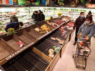 Supermarket-supermarket yang ada di Wuhan, China sudah kosong. Sayur-sayuran habis diborong warga