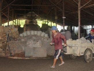 Pekerja di Tungku Naga, tempat pembuatan keramik di Singkawang. (kalderanews.com/y.prayogo)