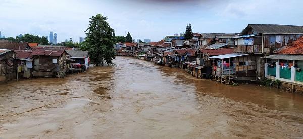 Pemukiman warga di bantaran Sungai Ciliwung usai hujan deras, Sabtu, 8 Februari 2020
