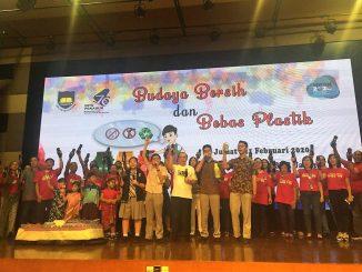 """Ketua Umum BPK PENABUR Adri Lazurdi meluncurkan gerakan """"Pekan Budaya Bersih dan Bebas Plastik"""" yang bertepatan dengan Hari Peduli Sampah Nasional (HPSN) di Aula SMAK 1 PENABUR, Jumat, 21 Februari 2020"""