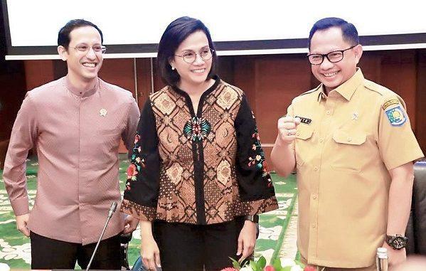 Menteri Keuangan Sri Mulyani Indrawati (tengah) didampingi Menteri Pendidikan dan Kebudayaan, Nadiem Makarim dan Menteri Dalam Negeri, Tito Karnavian di Kantor Kemenkeu, Jakarta, Senin, 10 Februari 2020