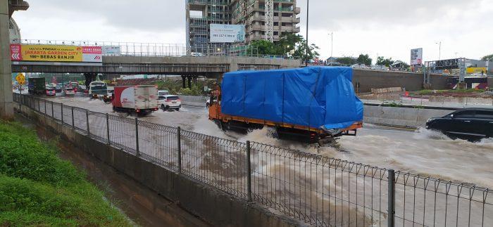 Banjir di tol dalam kotadi Cikunir-Jatibening arah Cikampek, Selasa, 25 Februari 2020
