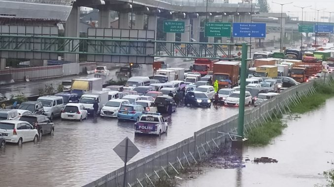 Banjir di tol dalam kota arah di Cikunir-Jatibening arah Jakarta, Selasa, 25 Februari 2020