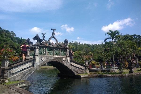 Kekokohan jembatan di Tirta Gangga Bali