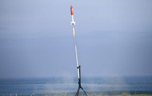 Roket Komurindo meluncur membawa muatan dari mahasiswa peserta Harteknas
