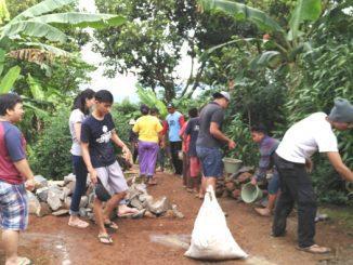 Mahasiswa Unika Atma Jaya Live In di Desa Ponggang. (Dok. Unika Atma Jaya)