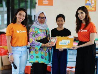 VP Business Development Qoala, Priya Vohra (paling kanan) dan Senior Manager Qoala, Prisca Niken (paling kiri) memberikan hadiah kepada pasangan ibu dan anak yang membuat kreasi bento terbaik (KalderaNews/Qoala)