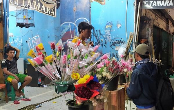 Pedagang bunga di Jalan Raya Kalimalang, Pangkalan Jati, Jakarta Timur pada Jumat, 14 Februari 2020