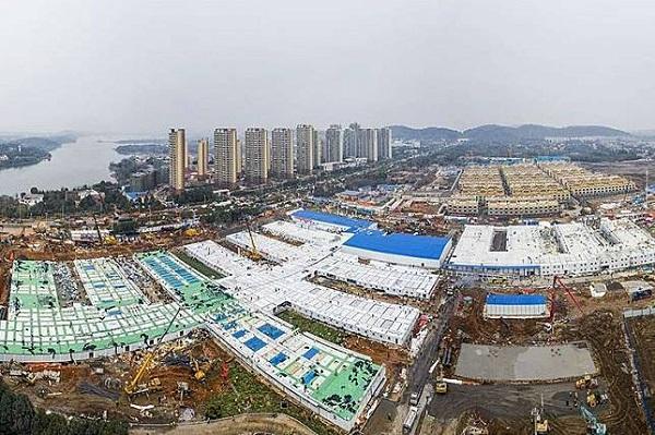Pemandangan udara pembangunan rumah sakit Huoshenshan (Gunung Dewa Api) di Wuhan, Hubei, China, Minggu (2/2/2020). Huoshenshan, rumah sakit darurat khusus pasien corona dengan kapasitas 1.000 tempat tidur tersebut dibangun hanya dalam waktu 8 hari, dimulai pada 25 Januari lalu. (AFP/STR)