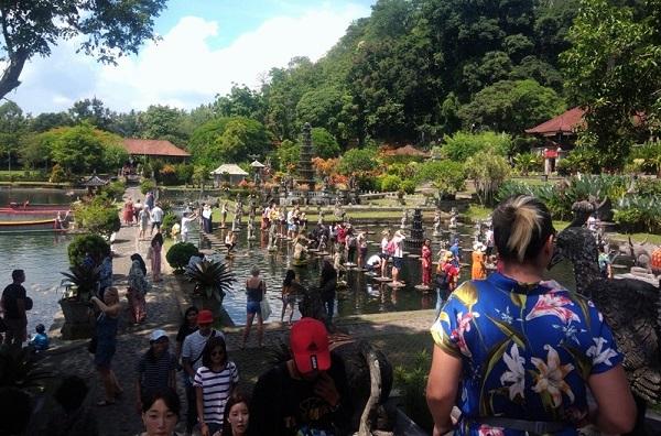 Pengunjung di Tirta Gangga saat musim liburan