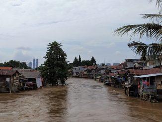 Pemukiman warga di bantaran Sungai Ciliwung di Jakarta usai hujan deras, Sabtu, 8 Februari 2020