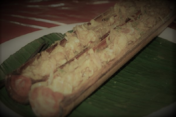 Jurut, olahan ayam yang dimasak di dalam batang bambu dan dibakar. (KalderaNews/Ist)