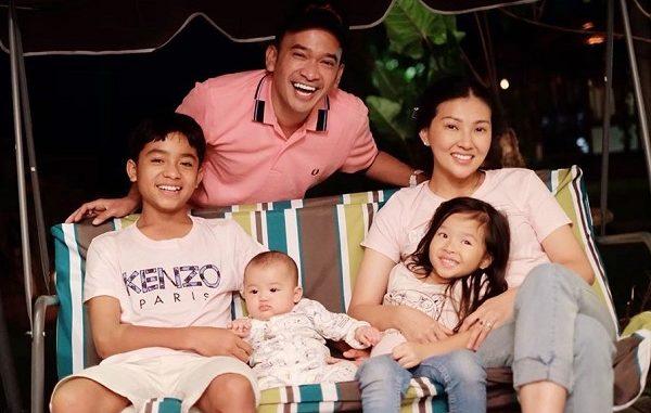 Pasangan selebritas Sarwendah dan Ruben Onsu bersama putra-putrinya