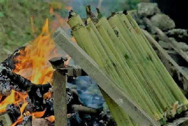 Siobbuk, sagu yang dimasak dalam batang bambu dan dibakar. (KalderaNews/Ist)