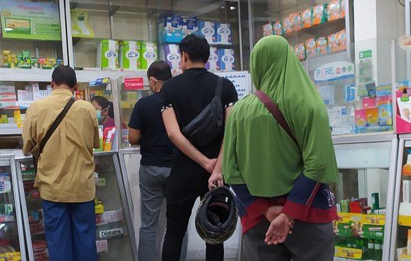 Antrean warga di sebuah apotik di Jakarta Timur untuk membeli obat hingga masker dan hand sanitizer yang ternyata stock khusus untuk masker sudah habis, Rabu, 19 Maret 2020