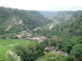 Bentang alam Ngarai Sianok, Sumatra Barat yang hijau menampakkan area pemukiman penduduk dan lahan pertanian yang subur. (Arlicia/KalderaNews)