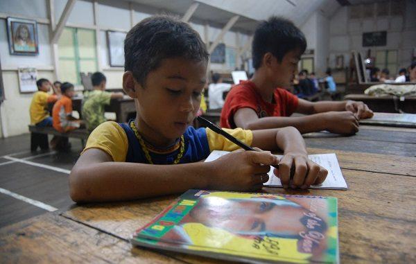 Para Pelajar SMP Katolik Kuala Dua, Dusun Kuala Dua, Kuala Dua, Kecamatan Kembayan, Sanggau, Kalimantan Barat