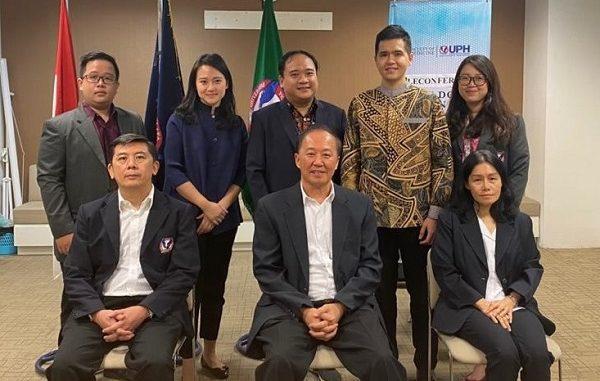 DEPAN: Dekan FK UPH, Prof. Dr. Dr. dr. Eka J. Wahjoepramono, Sp.BS., Ph.D (tengah) bersama Asisten Dekan Pendidikan Klinis, Dr. dr. Julius July, Sp.BS., M.Kes. (kanan), Wakil Dekan Penelitian dan Pengabdian Masyarakat, Dr. dr. Cucunawangsih, Sp.MK (kiri); BELAKANG KA-KI: Direktur FK UPH, Beverley Wonsono, B.A., M.A, Wakil Dekan Bidang Kemahasiswaan, dr. Andree Kurniawan, Sp.PD, Alumni FK UPH, dr. Vito A. Damay, Sp. JP (K)., M.Kes, dan 2 dokter muda yang mengikuti angkat sumpah dokter di kampus FK UPH Lippo Village, Karawaci, Tangerang Banten, Kamis, 26 Maret 2020