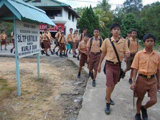 Peserta didik di SMP Katolik Kuala Dua, Dusun Kuala Dua, Kuala Dua, Kecamatan Kembayan, Sanggau, Kalimantan Barat