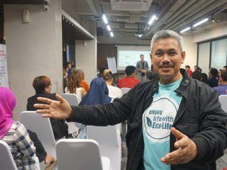 "Penulis buku ""Enjoy Life with Eco-Life"" yang saat ini menjadi Kepala Pusat Pengendalian Pembangunan Ekoregion (P3E) Sulawesi dan Maluku Dr.Ir. Darhamsyah, M.Si"