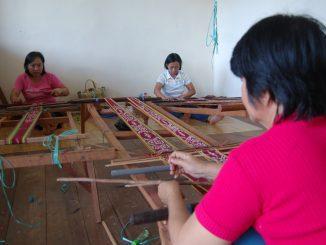 Perempuan perajin kain ikat di Kalimantan Barat