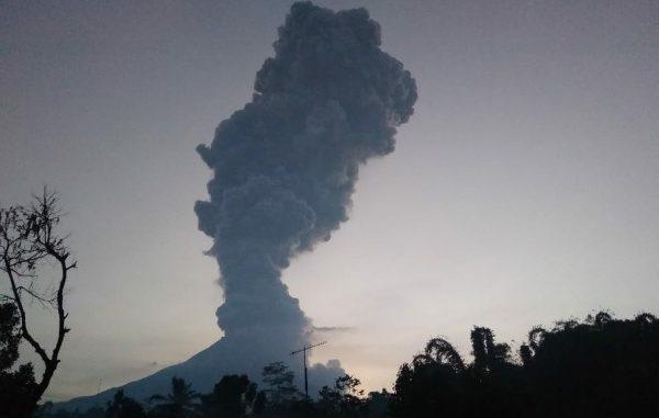 Erupsi Gunung Merapi pada Selasa, 3 Maret 2020 terpantau dari Dusun Gemer, Ngargomulyo, Dukung, Magelang, Jawa Tengah