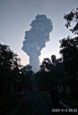 Erupsi Gunung Merapi pada Selasa, 3 Maret 2020 terpantau dari Dusun Gemer, Ngargomulyo, Dukun, Magelang, Jawa Tengah (KalderaNews/Loyola Kukuh)