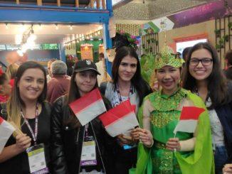 Milenial Kolombia di stand Indonesia pada pameran wisata Vitrina Turistica 2020 di Bogota, Kolombia, salah satu pameran pariwisata terbesar di kawasan Amerika Latin, 26-28 Februari 2020