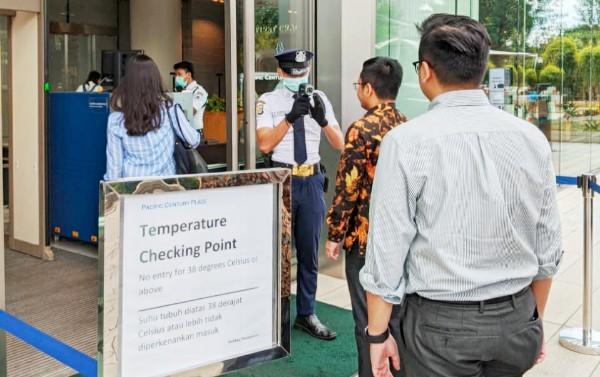 Petugas memeriksa dengan alat thermo scanner di sejumlah pintu masuk perkantoran yang ada di Sudirman Central Business District atau SCBD di Jakarta Selatan, Kamis, 5 Maret 2020 (KalderaNews/Malena)