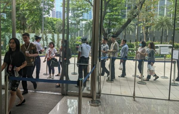 Petugas memeriksa dengan alat thermo scanner di sejumlah pintu masuk perkantoran yang ada di Sudirman Central Business District atau SCBD di Jakarta Selatan, Senin, 9 Maret 2020