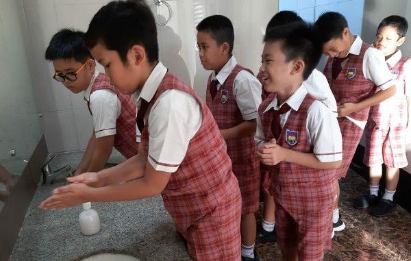 Peserta didik SDK PENABUR Bintaro Jaya cegah penyebaran virus Corona dengan cuci tangan bersama tiap pagi (KalderaNews/Dok Sekolah)
