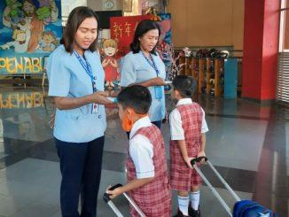 Peserta didik SDK PENABUR Bintaro Jaya cegah penyebaran virus Corona dengan dicek suhu tubuhnya tiap pagi (KalderaNews/Dok Sekolah)