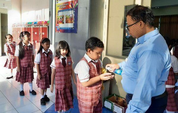 Peserta didik SDK PENABUR Bintaro Jaya cegah penyebaran virus Corona dengan hand sanitizer tiap pagi (KalderaNews/Dok. Sekolah)