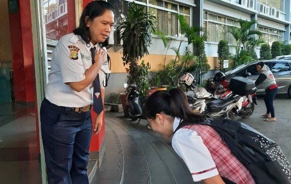 Peserta didik SDK PENABUR Bintaro Jaya cegah penyebaran virus Corona dimulai dengan salam gaya baru security tiap pagi (KalderaNews/Dok Sekolah)