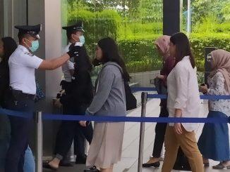 Petugas memeriksa dengan alat thermo scanner di sejumlah pintu masuk perkantoran yang ada di Sudirman Central Business District atau SCBD di Jakarta Selatan, Rabu, 11 Maret 2020