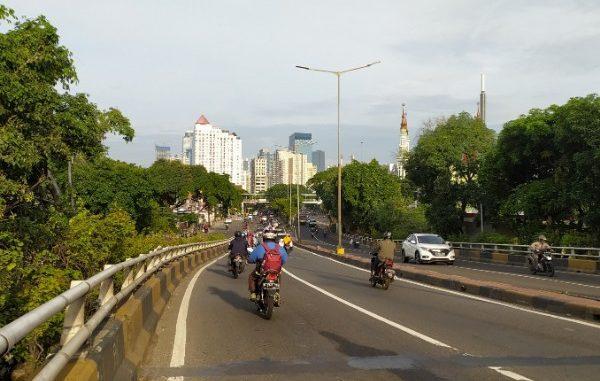 Jalanan di Jakarta sangat lengang di jam berangkat kerja, Senin, 23 Maret 2020