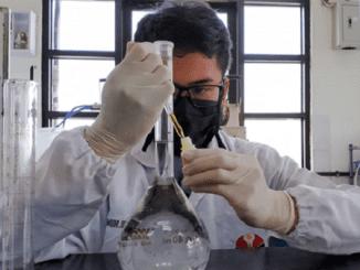 Dr. Yatti Sugiarti, M.P memproduksi handsanitizer dengan dibantu asisten laboratorium Prodi Agro Industri FPTK
