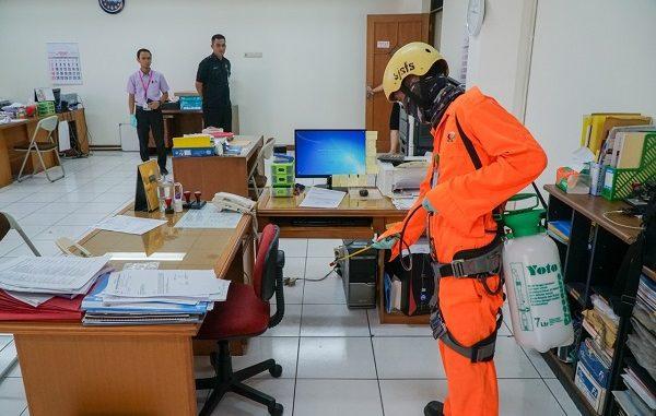 Penyemprotan cairan disinfektan untuk cegah Corona di Universitas Kristen Maranatha Bandung, Senin, 16 Maret 2020
