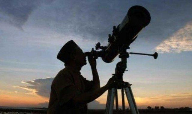 Mengamati posisi hilal untuk menentukan awal Ramadan. (Ist.)